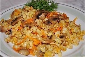 Перловка с грибами, луком и морковью
