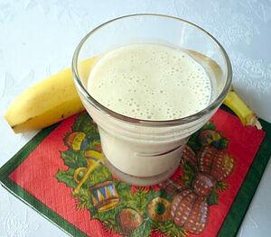 Банановый коктейль с молоком и йогуртом