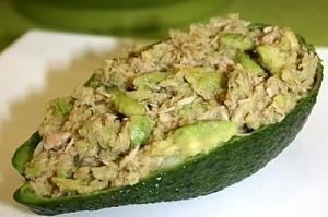 Салат з авокадо з тунцем