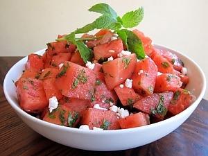 Салат из арбуза с сыром фета и мятой
