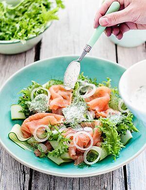 Салат из копченого лосося и огурца