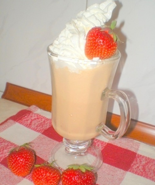Холодный кофе с клубничным мороженым