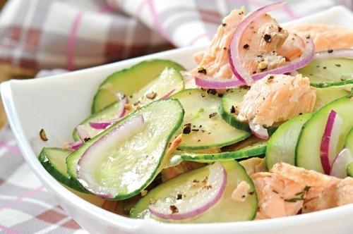 Салат із лосося і огірків у медовій заправці