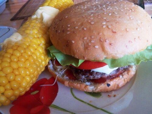 Домашні гамбургери з моцарелою
