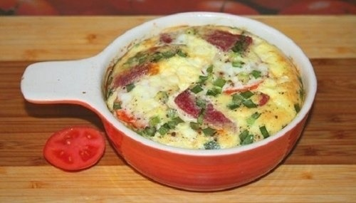 Пышный омлет с помидорами и зелёным луком