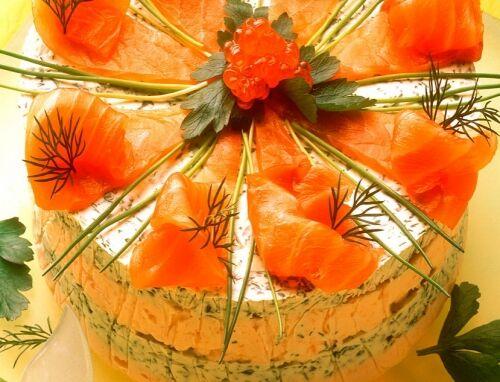 Сырный торт с лососем и зеленью