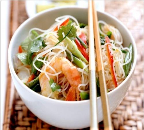 Салат із рисовою локшиною й креветками