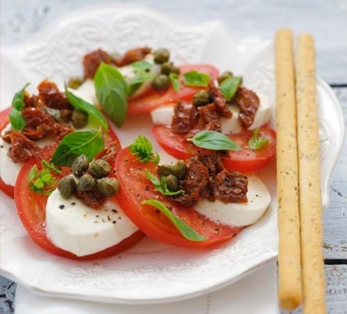 Капрезе с вялеными помидорами и каперсами