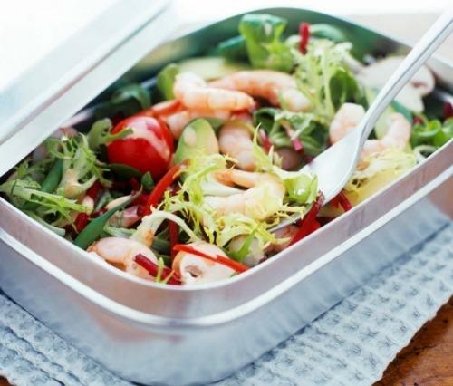 Летний салат с креветками и авокадо
