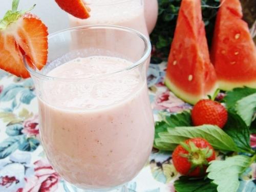 Молочный коктейль с арбузом и клубникой