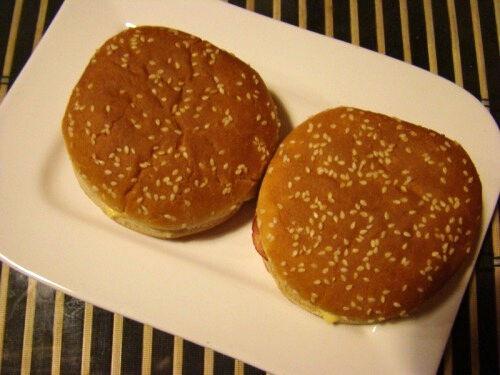 Гамбургеры с колбасными чипсами