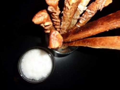 Чесночные слоеные палочки к пиву