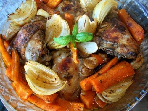 Куриные бедрышки, запеченные с морковью и луком