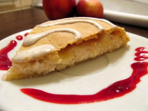 Песочный пирог с творогом и яблоками