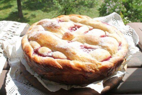 Дрожжевой пирог с красной смородиной