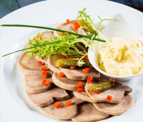 Отварной язык с соусом из тунца