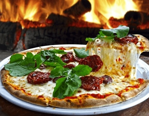 Піца з в'яленими помідорами і оливками