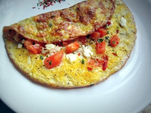 Омлет з помідорами і бринзою