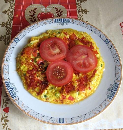 Омлет с зеленым луком и помидорами