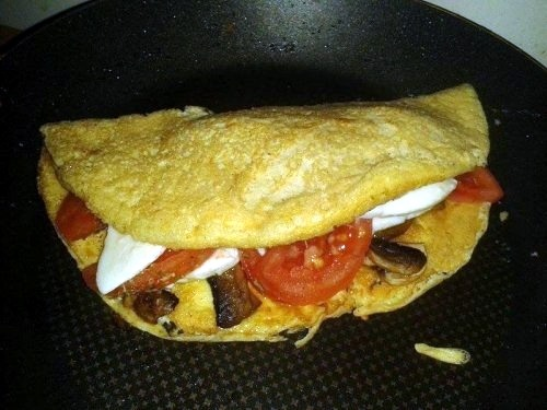 Омлет з моцарелою, помідорами і грибами