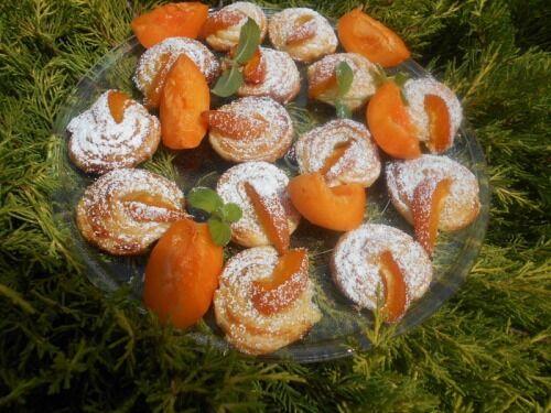 Слойки-улитки с абрикосами
