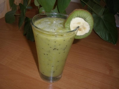 Коктейль из киви, банана и апельсинового сока