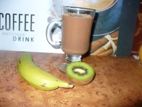 Молочный коктейль с какао, бананом и киви