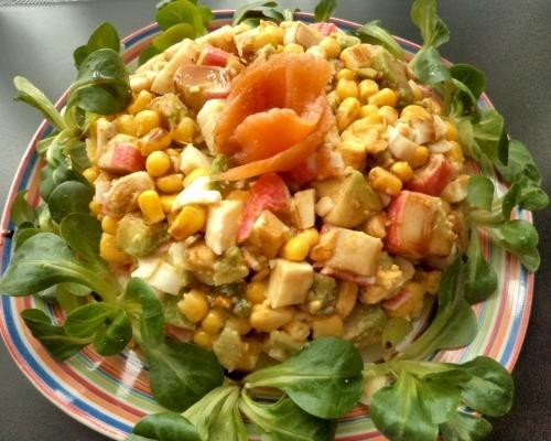 Салат с крабовыми палочками, авокадо и кукурузой
