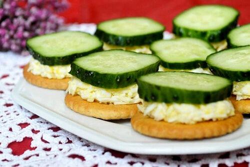 Закуска на крекерах с плавленым сыром