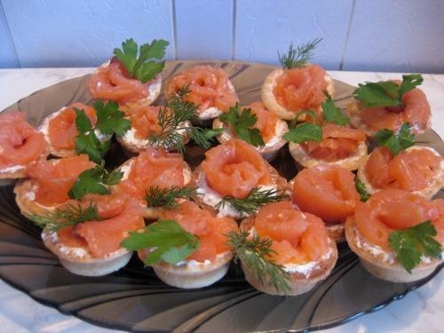 Тарталетки с творожным сыром и семгой