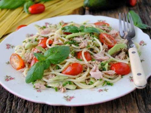 Спагетти с авокадо и тунцом