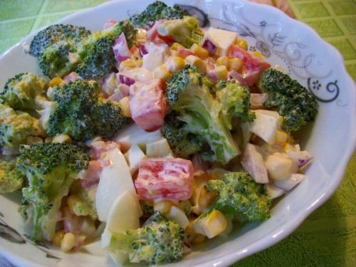 Салат с брокколи, помидорами и кукурузой