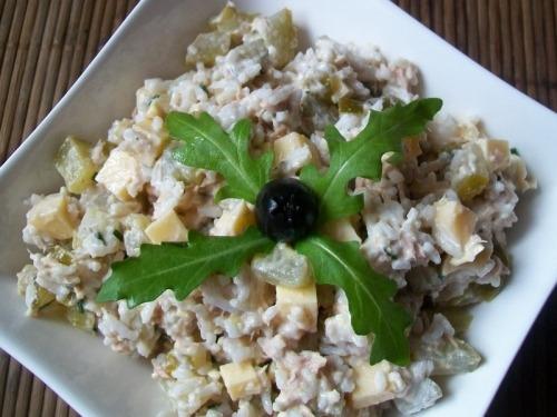 Салат с тунцом, рисом и огурцами