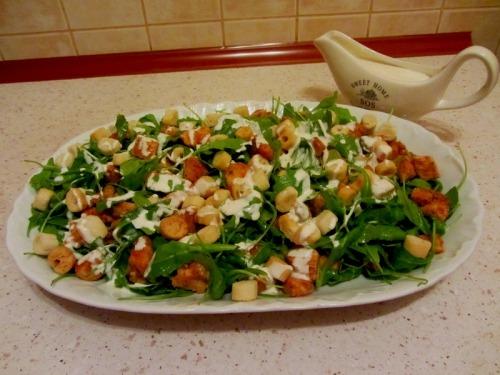 Салат с куриной грудкой, сухариками и рукколой