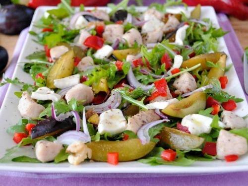 Салат из куриной грудки со сливами и рукколой