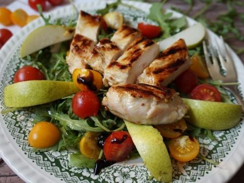 Салат с куриным филе на гриле, рукколой и грушей