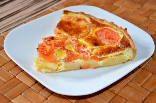 Пирог из слоеного теста с картофелем и помидорами