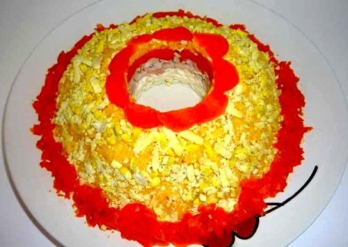 Слоеный салат с кальмарами, сыром и морковью
