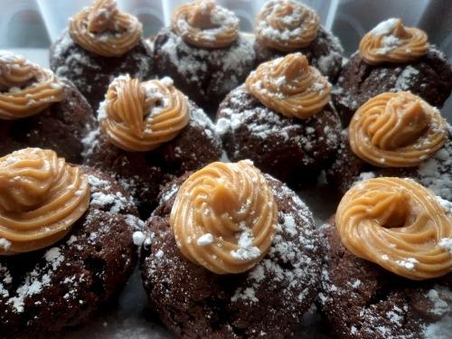 Шоколадные маффины со сгущенкой