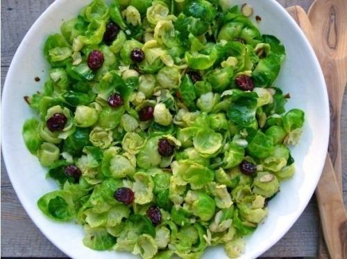 Салат из брюссельской капусты с пикантной заправкой