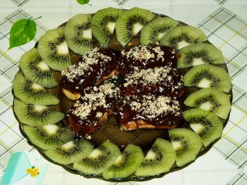 Десерт из бананов в шоколаде с орехами
