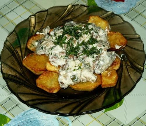 Грибы тушеные в сметане с картошкой