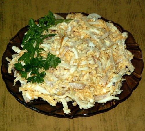 Салат из кальмаров с сыром и яйцом