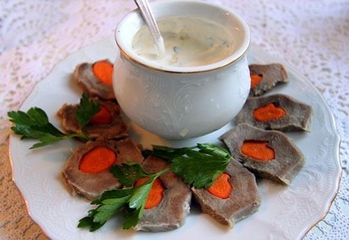Отварной язык со сметанным соусом